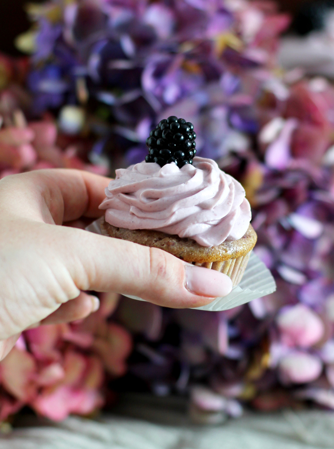 Brombeer Cupcakes_Hand Cupcake